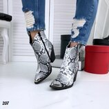 Женские стильные ботинки казаки
