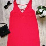 Элегантное прямое красное платье с переплетами на спине