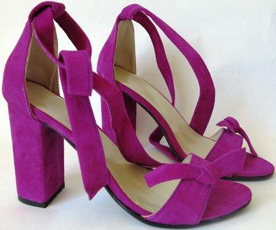 Ultra ленты. Летние эффектные женские босоножки из натуральной замши на каблуке с завязками бант цве