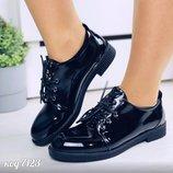 Женские лаковые туфли на шнурках