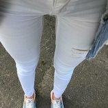 Белоснежные джинсы с необработанными краями фирмы stradivarius