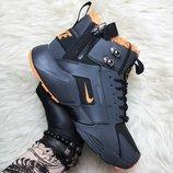 Мужские черно-оранжевые кроссовки Nike Air Huarache Mid Winter.