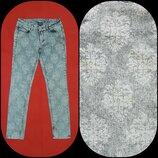 Стильные джинсовые брюки с орнаментом