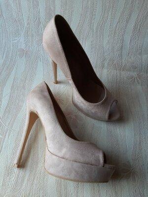Пудровые розовые туфли на каблуке с открытым носочком р.39