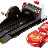 Disney Игровой набор тачка Трюковой Маккуин FRV84 Pixar Cars Stunt & Skills Lightning McQueen