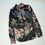 Стильная атласная рубашка в цветы с длинным рукавом