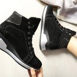 Замшевые женские зимние спортивные черные ботинки на танкетке натуральная замша