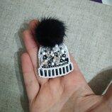 Брошь из бисера ручная ра брошка шапка шапочка меховой помпон норка