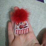 Брошь из бисера ручная брошка красная шапка шапочка меховой помпон норка