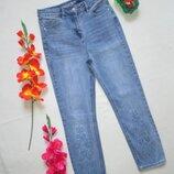 Бесподобные стильные стрейчевые прямые укороченные джинсы мом с вышивкой Next.