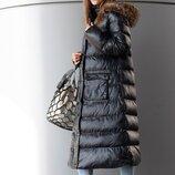 Невероятно стильная стёганая удлинённая курточка блестящего чёрного цвета с капюшоном