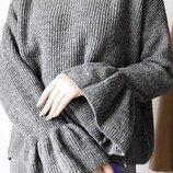 Серый свитер с клеш рукавом