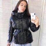 Женская объемная куртка зефирка с поясом глянцевая черная