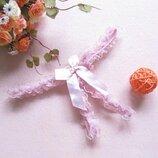 Откровенные трусики украшены кружевом и бантиком с разрезом для игр нежно розового цвета