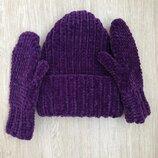 Комплект из велюровых шапки и варежек ручной работы темно-фиолетового цвета