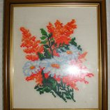 Маленькая картина вышитая крестиком Цветы 17.5х20,5 в рамке со стеклом