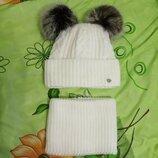 Набор зимняя женская шапка и шарф хомут снуд. Шапка с отворотом на флисе с двумя бумбонами.молочный