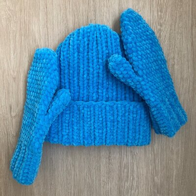 Комплект из велюровых шапки и варежек ручной работы лазурного цвета
