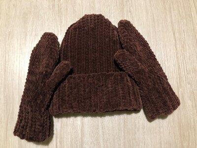 Комплект из велюровых шапки и варежек ручной работы шоколадного цвета