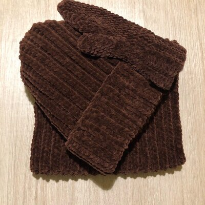 Комплект из велюровых шапки, снуда и варежек ручной работы шоколадного цвета