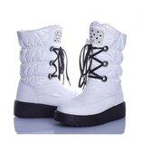 Женские зимние белые лаковые сапоги дутики со стразами со шнуровкой