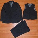 Нарядный школьный костюм-тройка,пиджак,брюки,жилетка,128,6-7 лет Состояние новой