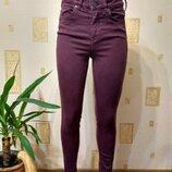 Бордовые джинсы скинни с высокой посадкой.