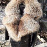 Куртка из натуральной кожи и английским воротником из натурального меха енота