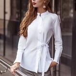 Белая рубашка с завязками.