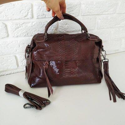 Стильная кожаная сумка-саквояж с тиснением коричневая