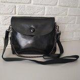 Вместительная кожаная сумка черная на длинной ручке