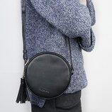 Стильная круглая сумочка на плече черного цвета, новая