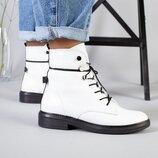 Белые кожаные ботинки на черной подошве