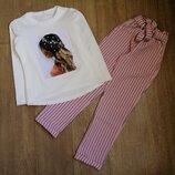 Модный костюм, кофта с аппликацией и брюки цвета пудры