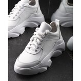 Белые женские кроссовки на высокой подошве