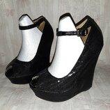 Чёрные блестящие туфли в пайетках с ремешком на ножку на высокой танкетке р.35, 36