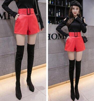 Женские шорты с завышенной талией и пряжкой из экокожи красные