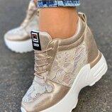 Женские золотистые кроссовки сникерсы с кружевными вставками