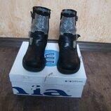 Продам шикарные итальянские демисезонные ботинки сапожки Melania 33 размера.