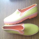 Яркие резиновые ботинки на слякоть и плохую погоду