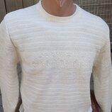 Нарядный бежевый свитер.