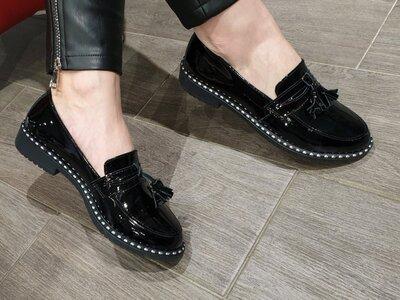 Женские чёрные натуральные кожаные лакированные туфли лоферы из натуральной лаковой кожи лак декор