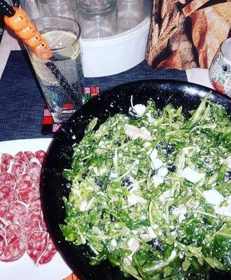 Салат с миксом зелени, маслинами, фетой, лососем и чёрной солью