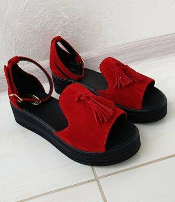 Женские красные натуральные замшевые босоножки на чёрной подошве из натуральной замши замша кисточки