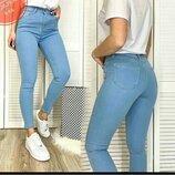 В наличии светлые джинсы скинни