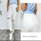 Хит сезона Белые джинсы скинни с разрезом на коленях