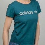 Женская футболка Adidas свободного кроя.