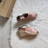 кожаные натуральные розовые босоножки на плетеной соломенной танкетке платформе сандалии