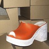 Женские оранжевые натуральные кожаные сабо шлепки шлёпанцы на белой танкетке каблуке из кожи кожа