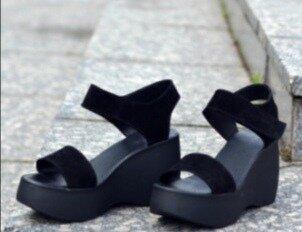 Женские чёрные натуральные замшевые босоножки на чёрной танкетке платформе из замши замша на липучке
